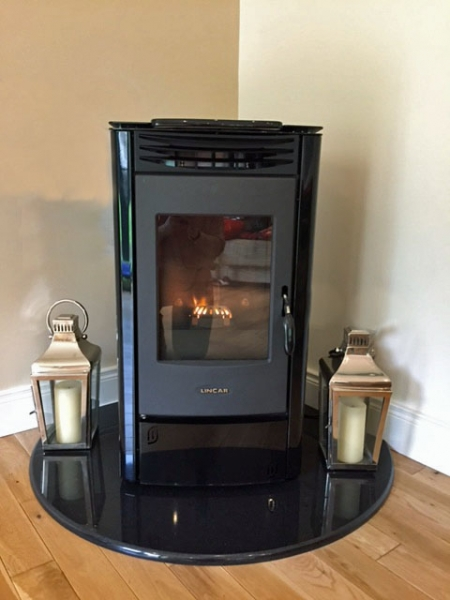 Lincar Perla pellet stove on teardrop hearth