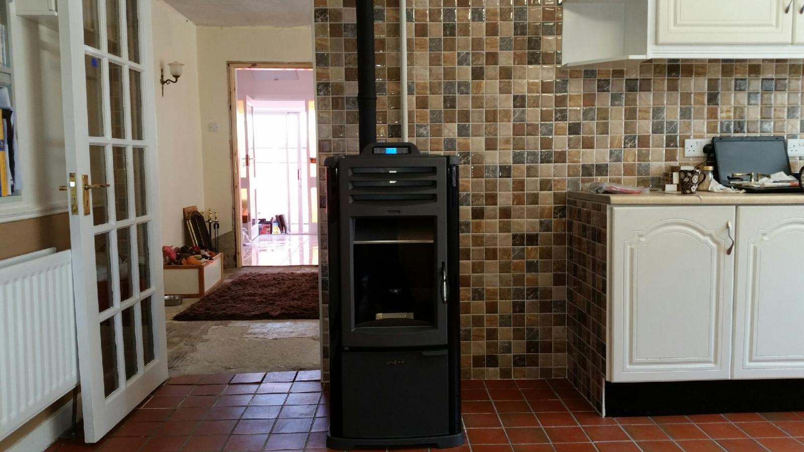 Lincar Stella pellet boiler with metallic and cast iron finish. A modern touch to a classic kitchen.